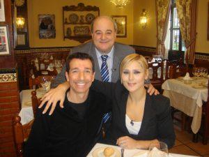 Roberto Sánchez y Rosa López, con Luis Oruezábal
