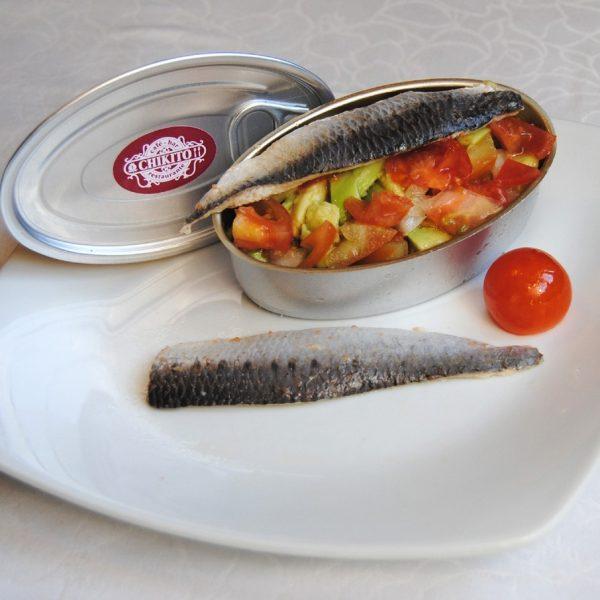Sardina Marinada sobre Lecho de Aguacate , Tomate y Cebolleta